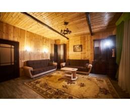 Коттедж (трехкомнатный, с кухней, верандами, двором)